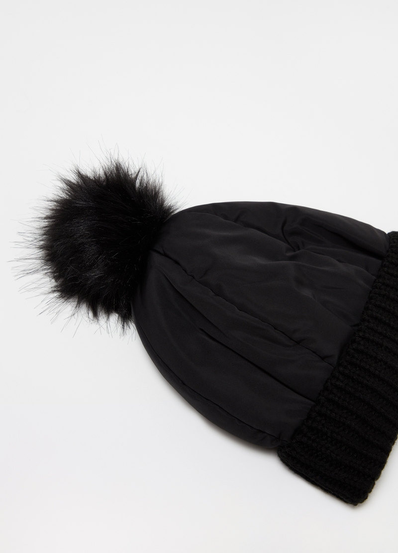 Solid colour hat with pompoms image number null
