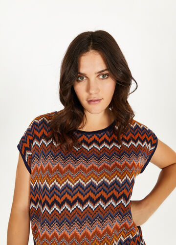 Curvy T-shirt with wavy striped pattern