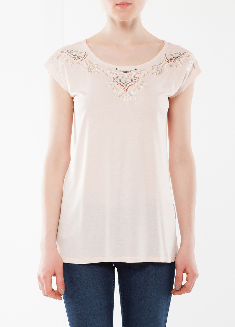 T-shirt with embroidery image number null