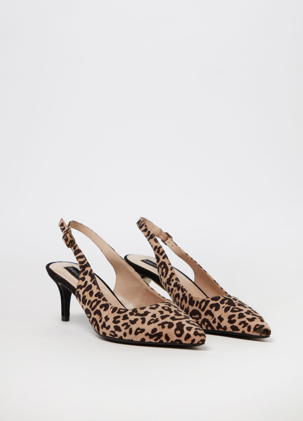 Court shoe with thin heel and animal print