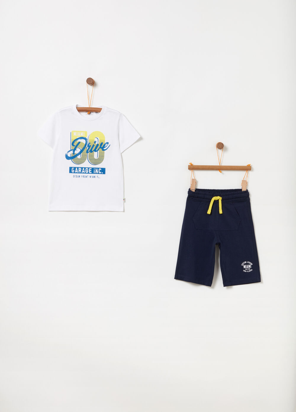 Jogging set t-shirt con stampa e shorts