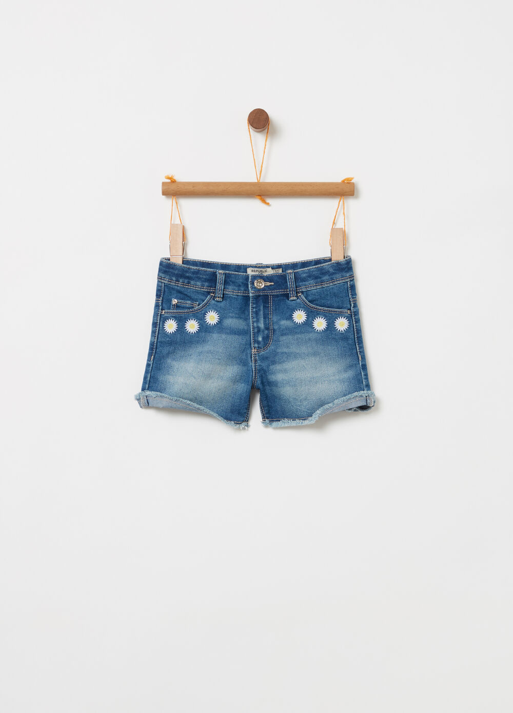 Shorts in denim delavato con margherite