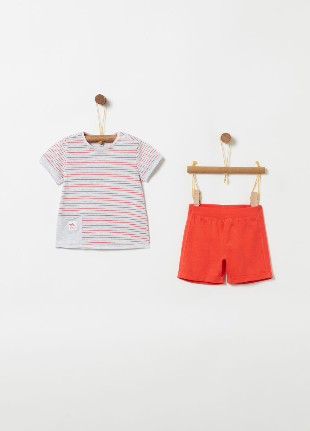 Jogging set with T-shirt and shorts with stripes and ribbing