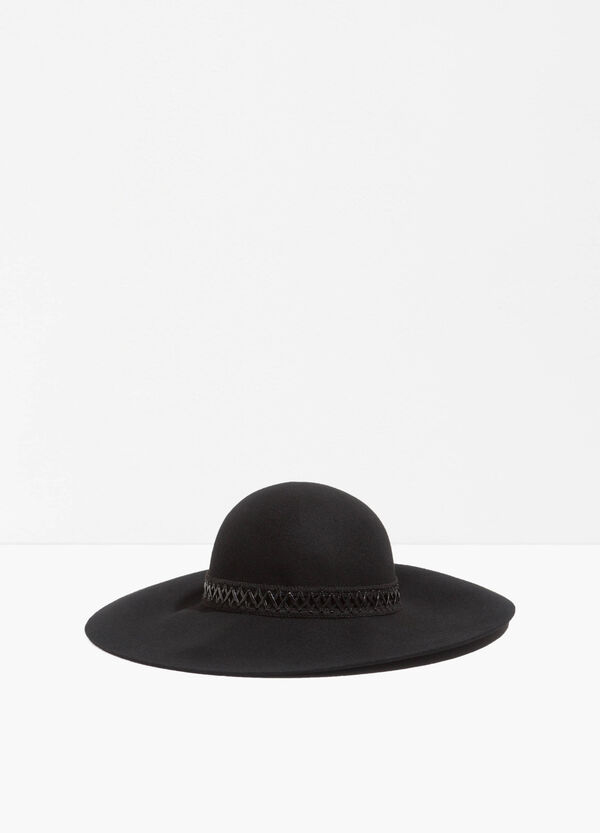 Wide-brimmed hat with crossover laces