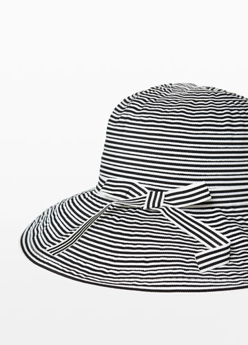 Wide brim hat with stripes