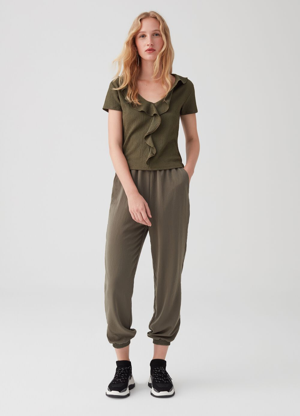 Trousers with pockets and cuff at the bottom