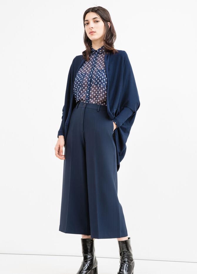 Viscose cardigan with batwing sleeves.