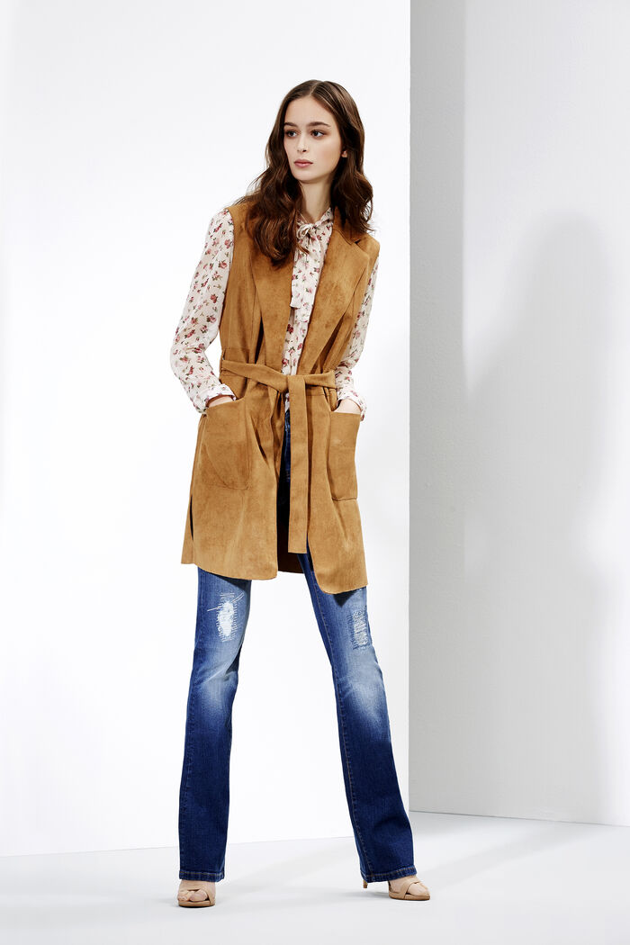 Jeans flare e camicia floreale con gilet in similpelle